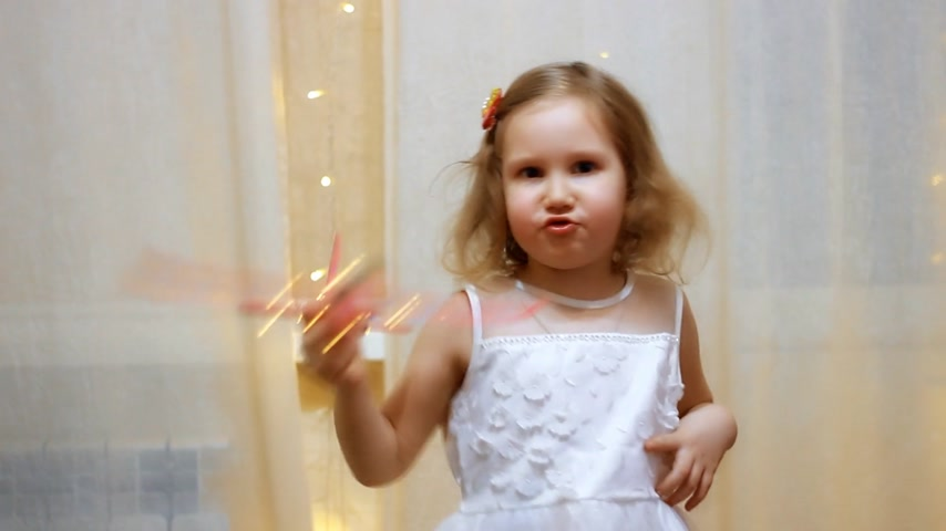 aviatore : Child playing with the plane. Flight and travel concept. Baby girl pilot. Filmati Stock