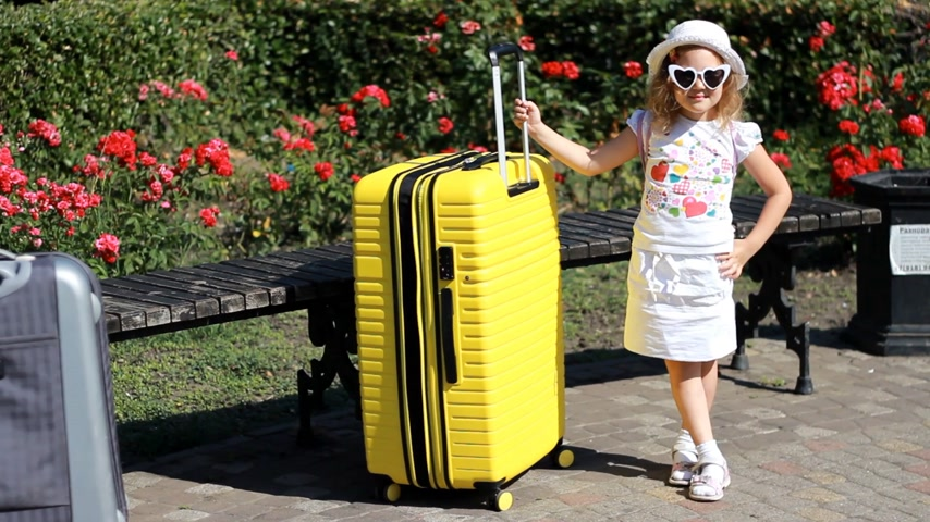 pasaport : Baby girl tourist with big yellow suitcase. Child waiting for travel.