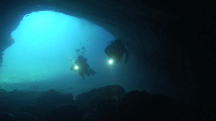 potápění : Divers are exploring a cave