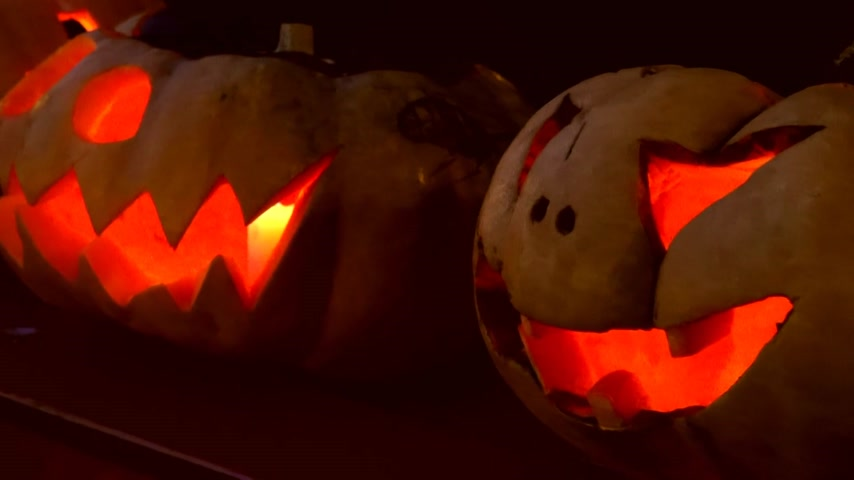 dynia : closeup of scary halloween carved glowing pumpkins Wideo