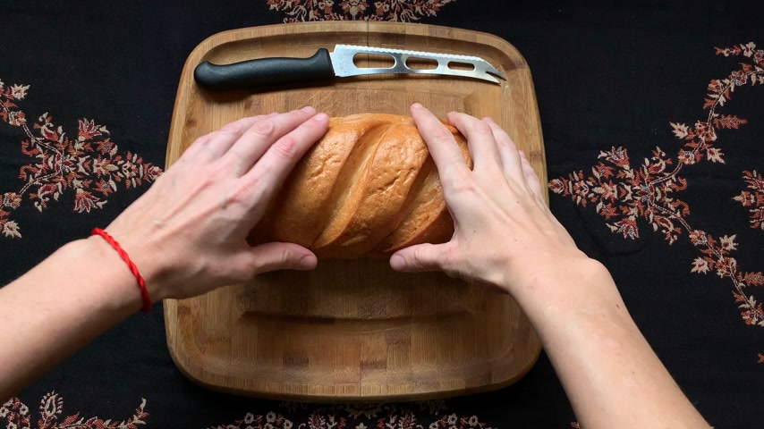 kasza manna : Homemade bread on wooden board with a knife