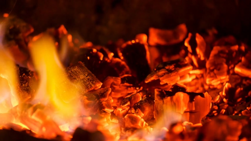 kamp ateşi : Close-up glowing coals in the fireplace with a blue flame