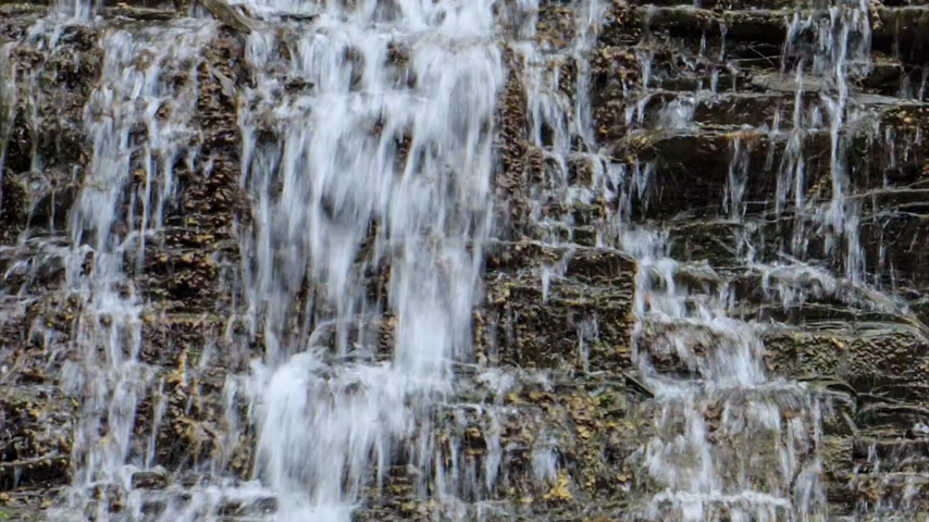 lente : Waterval met helder bronwater in Maligne Canyon, Jasper Stockvideo