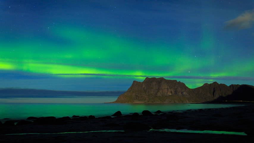 к северу : Aurora over the sea at Utakleiv beach, Lofoten Islands, Norway