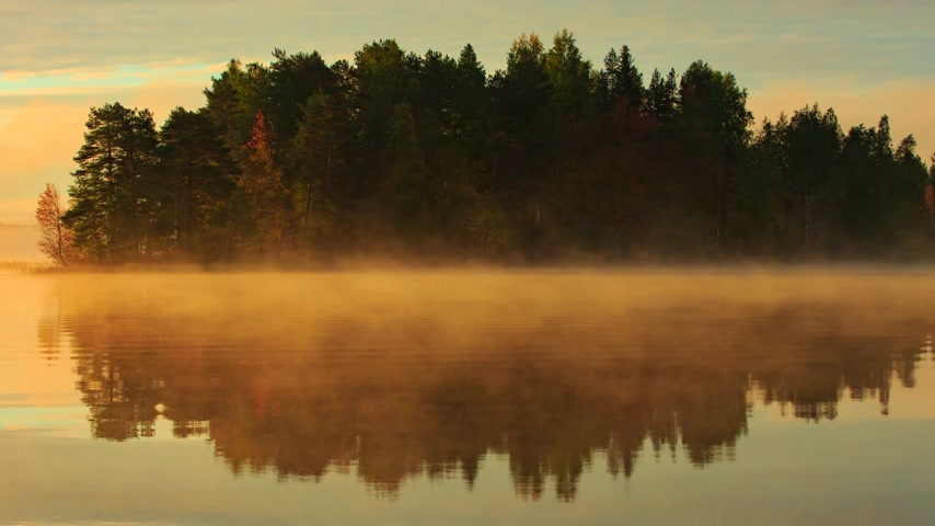 finlandês : Morning fog moving over the lake in Finland, video timelapse