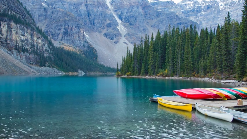 kanadai : Canoes at a dock in Moraine lake