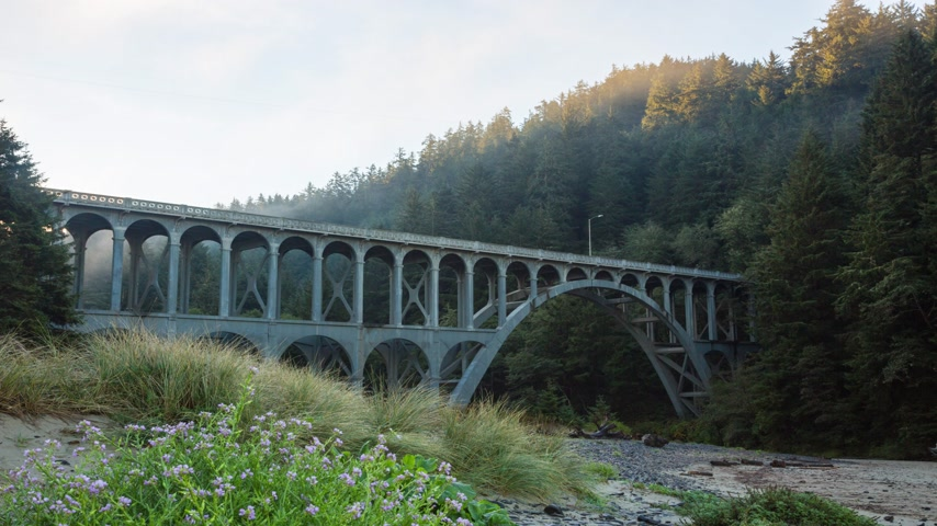 costa : Sunlight at morning fog at Cape Creek Bridge, at the heart of Heceta Head Lighthouse Scenic Viewpoint, is the first bridge in the world to have zinc thermal sprayed over the entire structure Vídeos