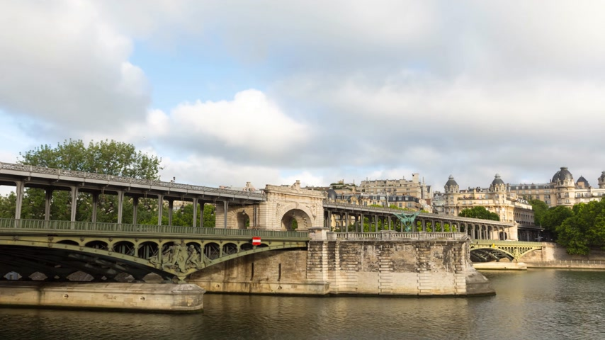 bir hakeim bridge : PARIS FRANCE, JUNE 12, 2017: Metro train timelapse on the pont de Bir Hakeim bridge