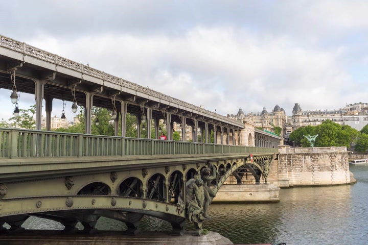 bir hakeim : PARIS FRANCE, JUNE 12, 2017: Metro train timelapse on the pont de Bir Hakeim bridge