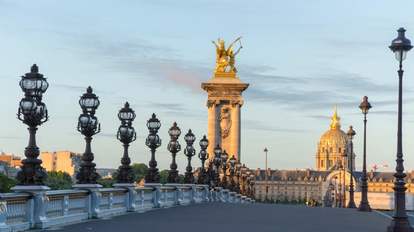 cártula : Paris, France - JUNE 12, 2017: Alexander III bridge in Paris in the early morning timelapse