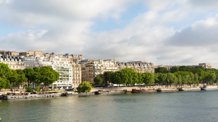 bir hakeim bridge : Timelapse over ryhe Seine river, Paris near the pont de Bir Hakeim bridge