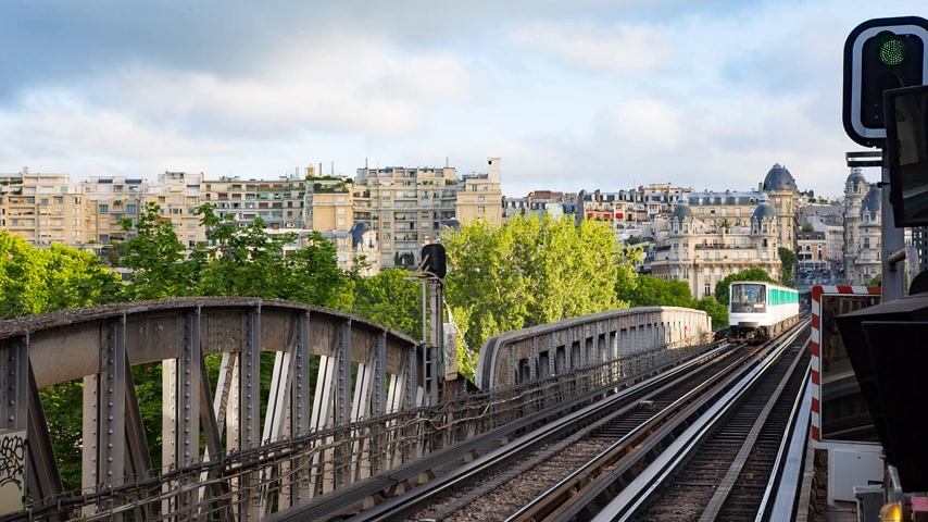 bir hakeim : PARIS FRANCE, JUNE 12, 2017: Metro train on the pont de Bir Hakeim bridge Stock Footage