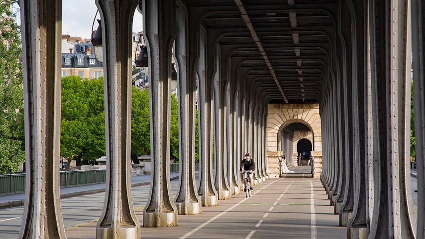 bir hakeim : PARIS, FRANCE - JUNE 13, 2017: Cyclist riding on pont de Bir-Hakeim bridge - a bridge that crosses the Seine River.