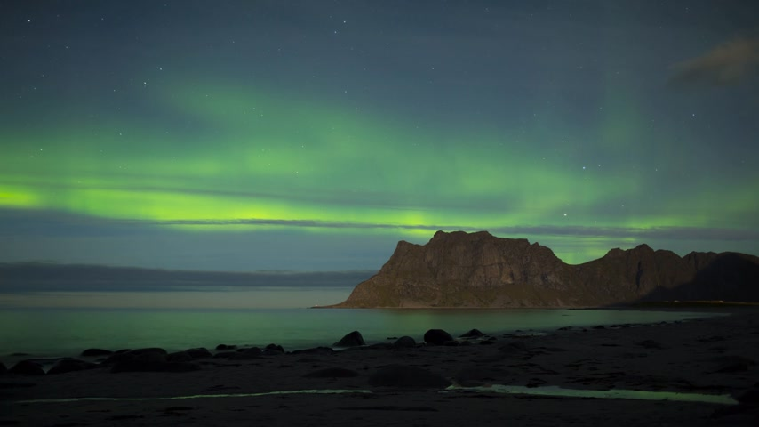 Aurora over the sea timelapse at Utakleiv beach, Lofoten Islands, Norway Stok Video