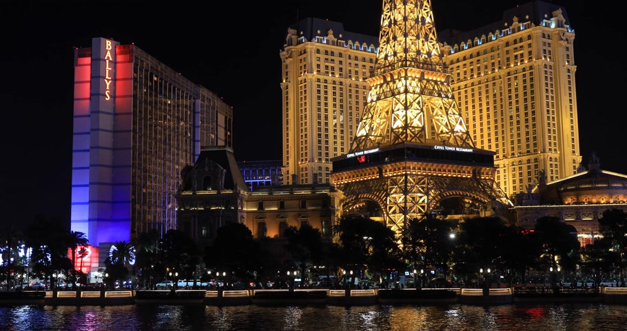 bellagio hotel : LAS VEGAS, NEVADA - JANUARY 03, 2018: Bellagio fountain at night with a Paris hotel and Ballys hotel view on background