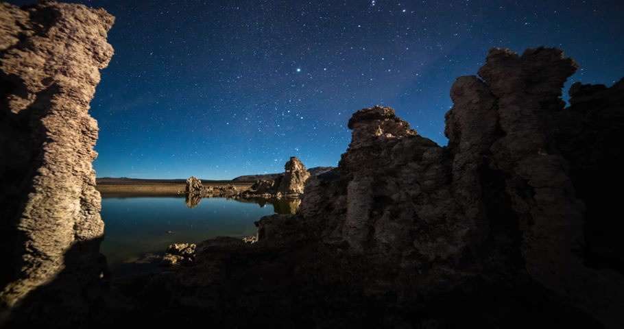 Amazing Milky Way timelapse in Night Sky Over Mono Lake, California. Stok Video