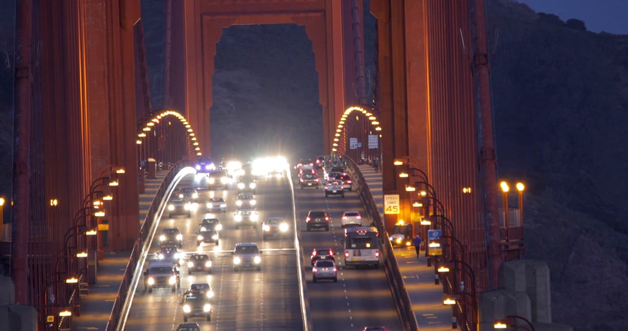 Traffico pesante al mattino sul Golden Gate Bridge, che collega San Francisco a Marin County.