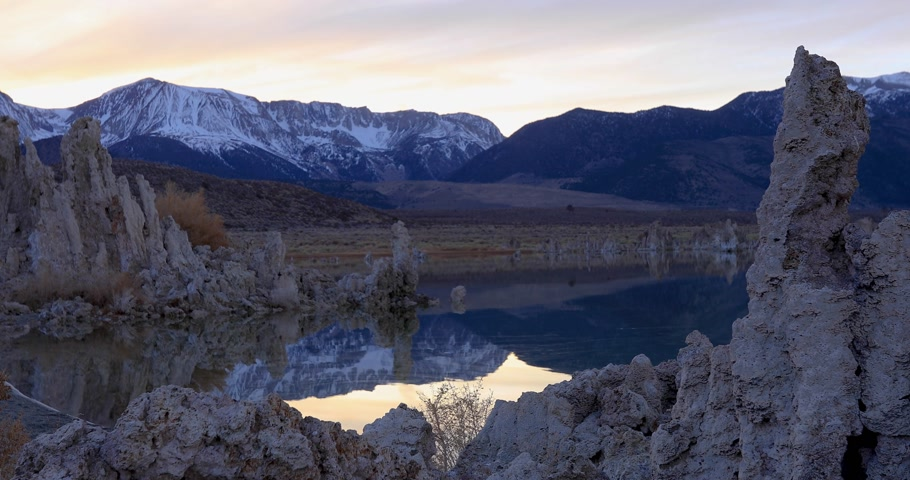Mono lake tufas with reflection in calm water on sunset Стоковые видеозаписи