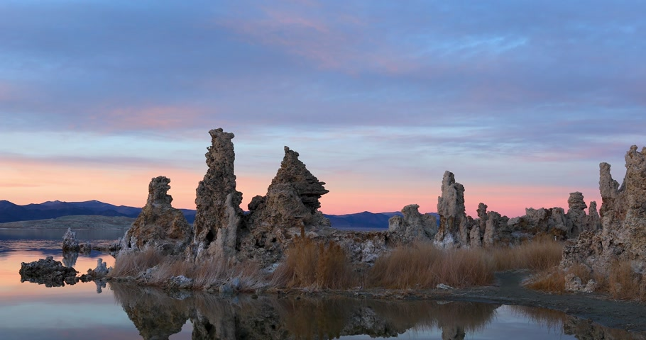 Mono lake tufas with reflection in calm water on sunset Stok Video