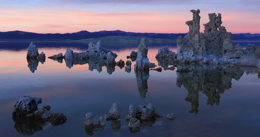 Mono lake tufas reflections on sunet Стоковые видеозаписи