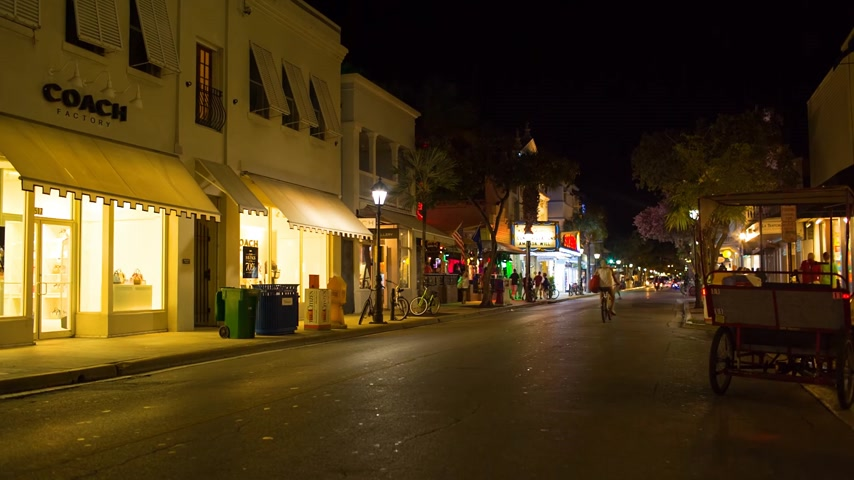 к юго западу : KEY WEST, FLORIDA, USA - JAN 18, 2017: Shops, bars and hotels in the twilight at Duval street in the center of Key West Стоковые видеозаписи