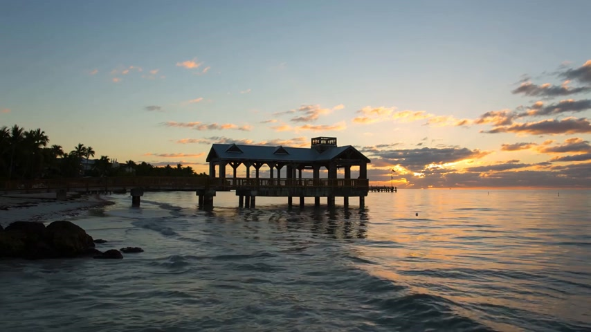 güneybatı : Pier at the beach on sunrise in Key West, Florida USA. Raw video source.