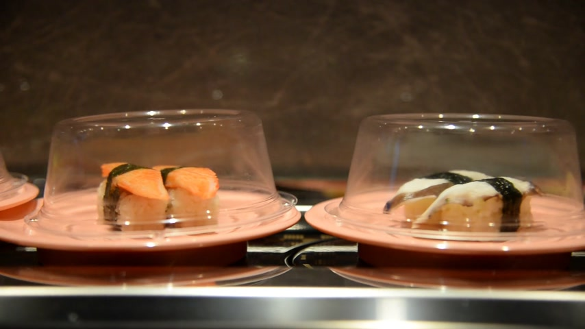 câmara : Sushi and Sashimi. Dishes of Sushi and Sashimi rolling on conveyer belt