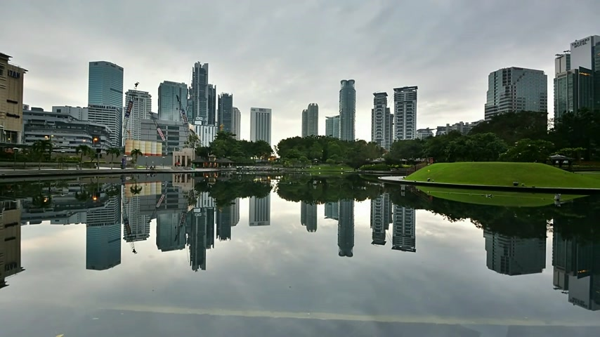 kultúra : Moving Clouds and building reflection at Sympony Lake Kuala Lumpur