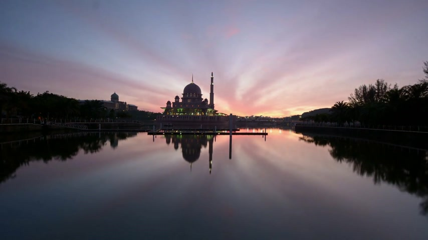 malajsky : Sunrise scene over Putra Mosque with ray of light and reflection