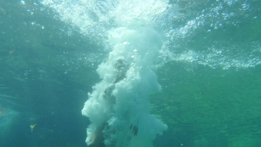 salto : Teenage girl jump and dive into sea water. Underwater Shoot low angle view. Stock Footage