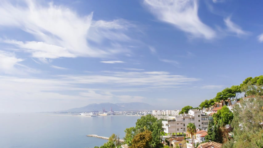 круиз : Cruise arriving at the new port of Malaga on a sunny day took from The Morlaco Park.