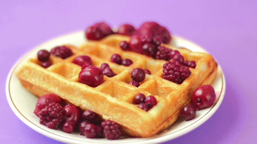 shovívavost : Pouring strawberry syrup on waffle with red berries
