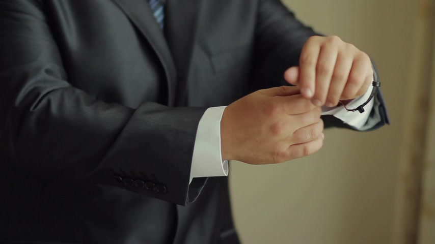 apartamentos : Businessman Putting on a Watch