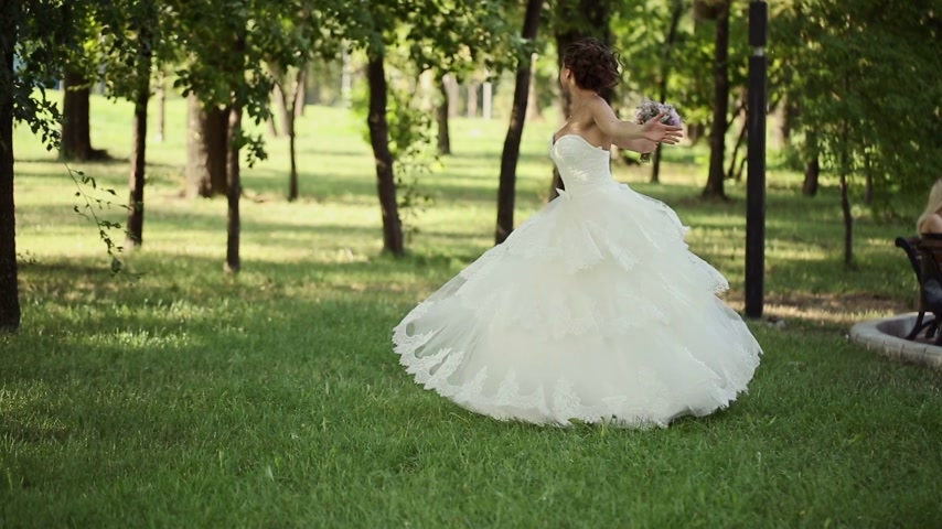giydirmek : Bride Spins Around With a Bouquet Stok Video