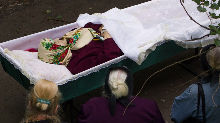 могила : DONETSK, UKRAINE- 10 July 2014: The Funeral of An Old Woman