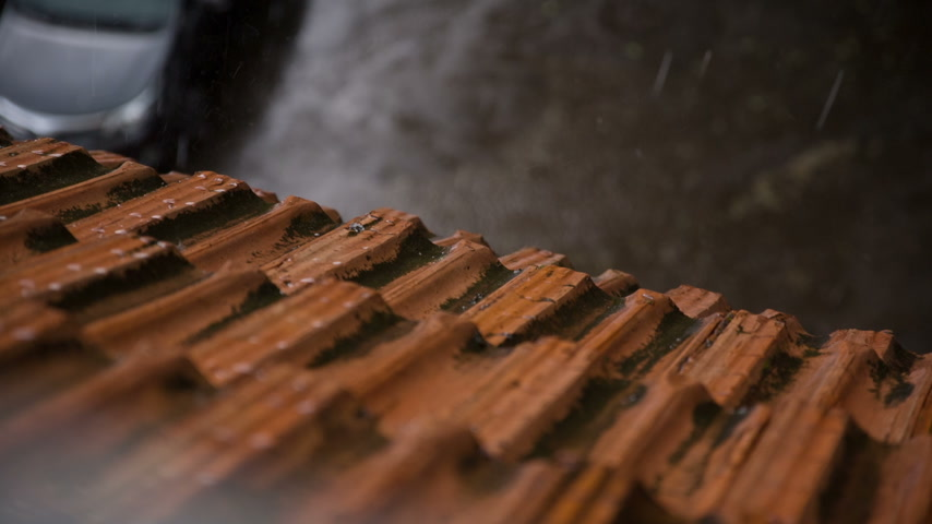 çatılar : Rain and Hail Pounding on the Roof Stok Video