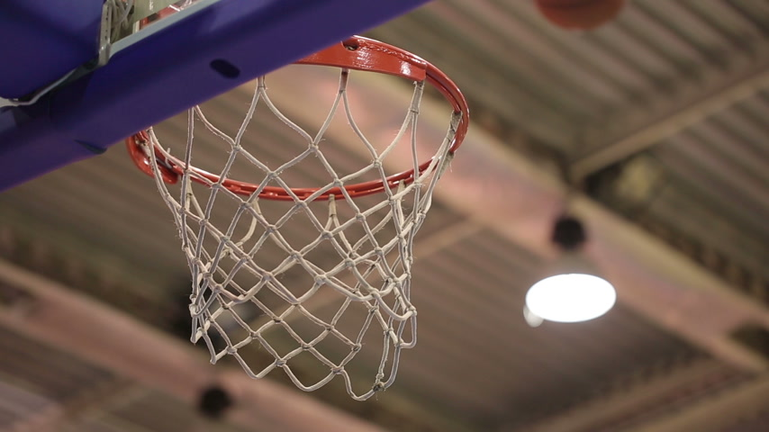 basketbal : Bal in het mandje Stockvideo