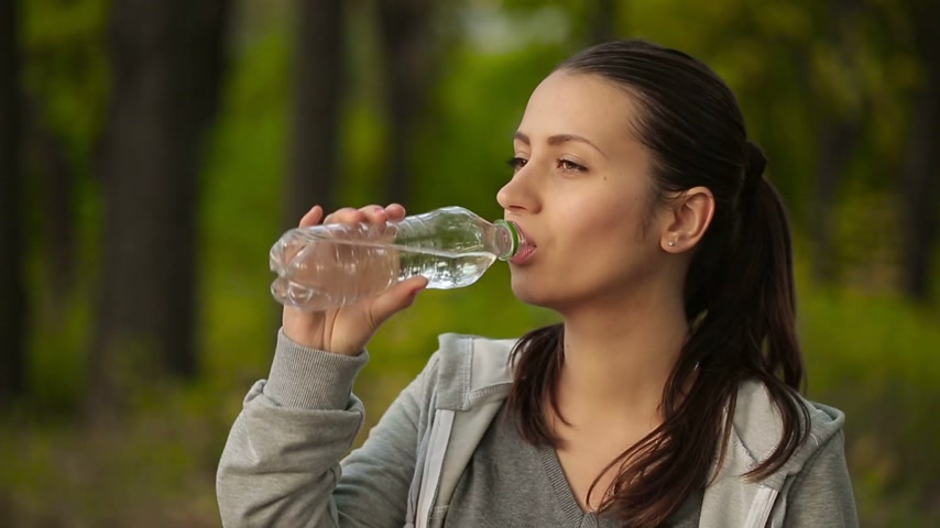 calor : Woman Drinking Water After Sport Activities Vídeos
