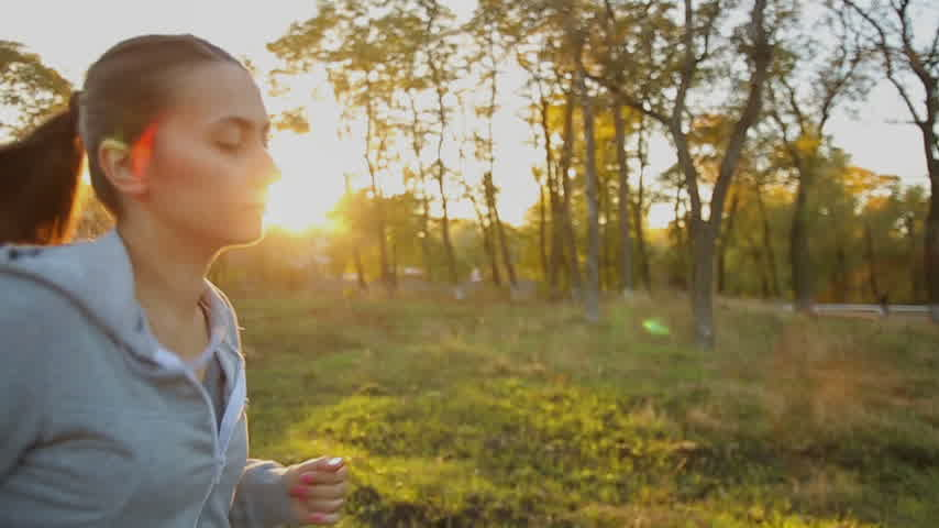 course nature : Femme Running In Parc