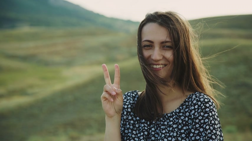 giydirmek : Smiling Woman Showing a Peace Sign