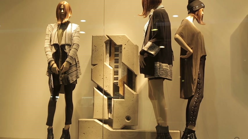 lojas : Mannequins in fashion store window Vídeos