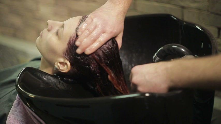 şampuan : Barber washes the womans head