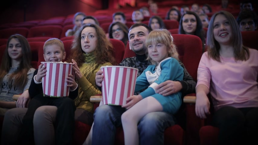 risate : persone che guardano film al cinema