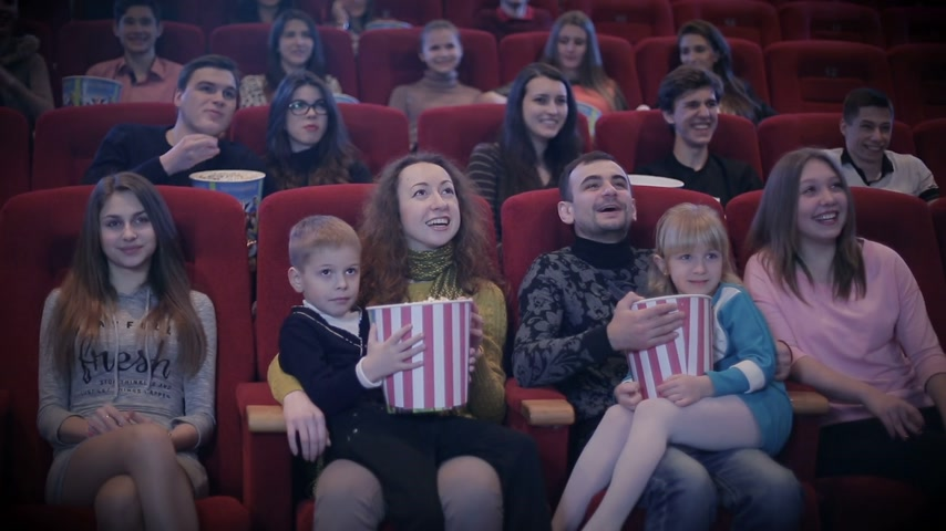 группа : people watching movie in cinema