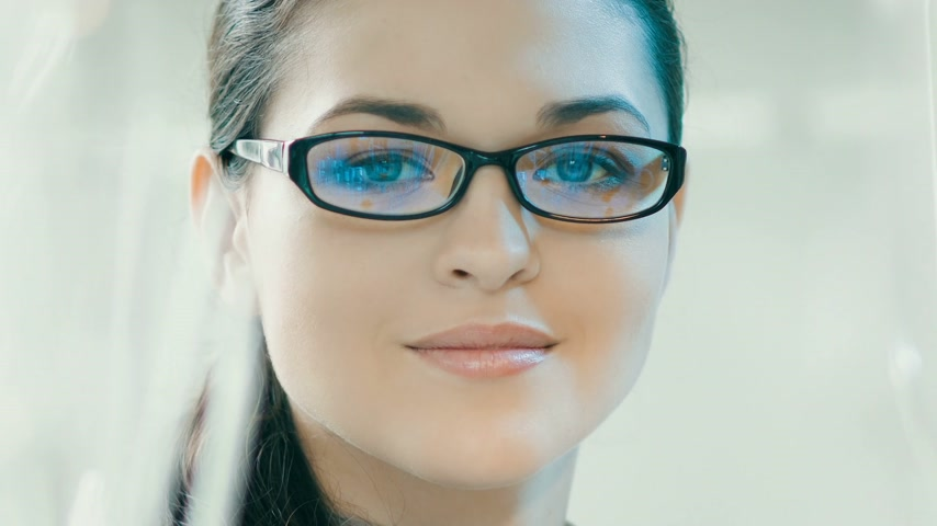 vidro : Smiling woman in glasses