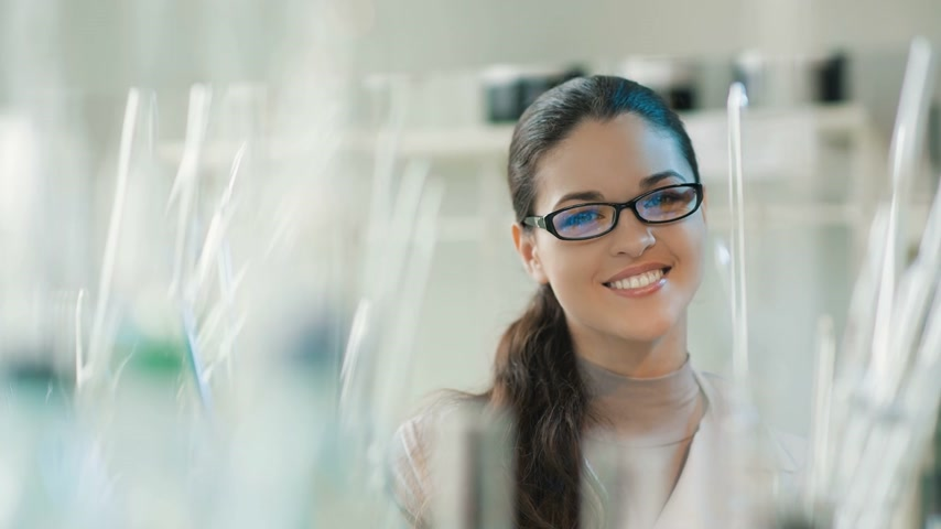 szemüveg : Portrait of a smiling woman in a lab