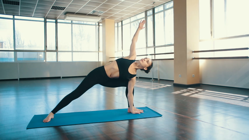 posição : Woman do yoga indoors