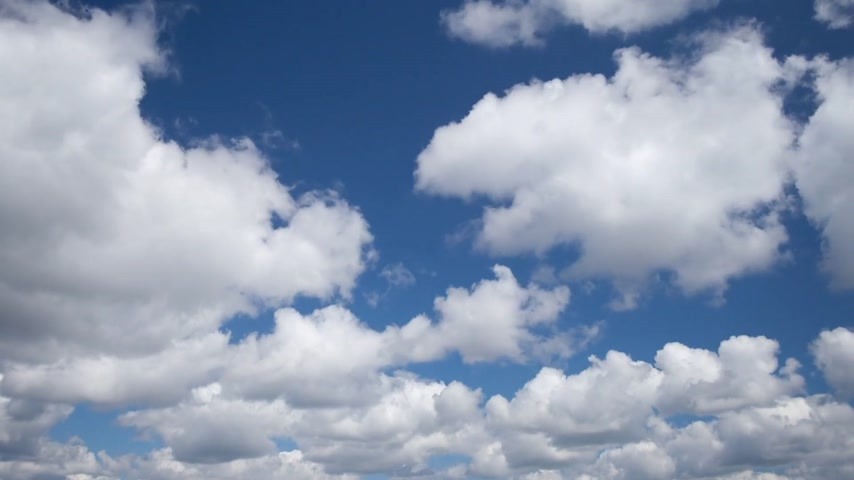 bílé mraky : Time lapse video of white fluffy cumulus clouds against blue sky