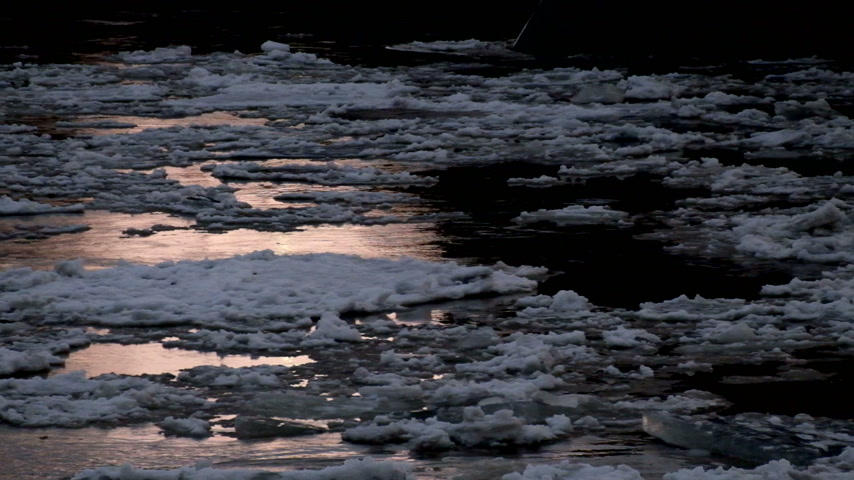 crevice : Ice drift on the river