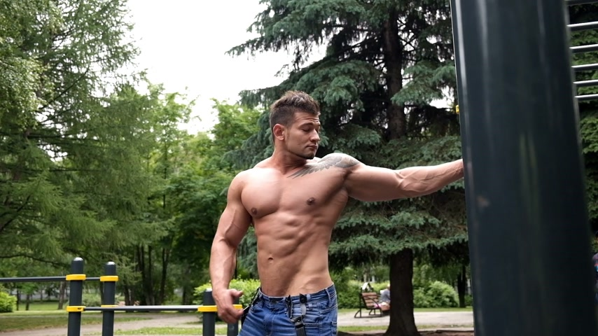 orta : Man exercising in park Stok Video